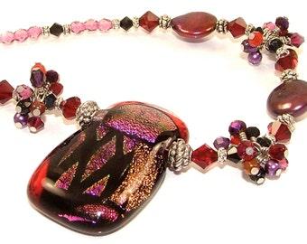 Les grandes DÉMARQUES - violet dramatique et fil rouge enveloppé amas de cristaux sur un collier en perles de verre fusionné dichroïque OOAK