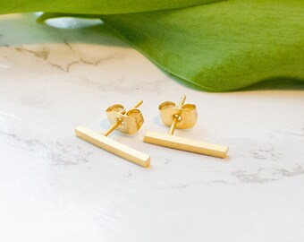 Rod studs Matt, plain in gold-plated brass. Minimalist, simple, filigree and discreet.