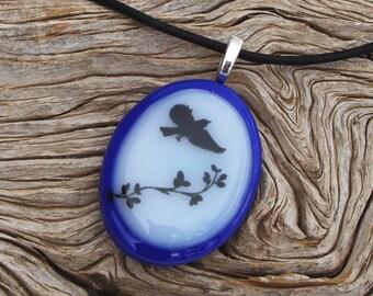 Ovale en verre bleu et blanc collier en verre fusion pendentif - oiseau noir sticker - bijoux en verre fait main - bijou de la Nature