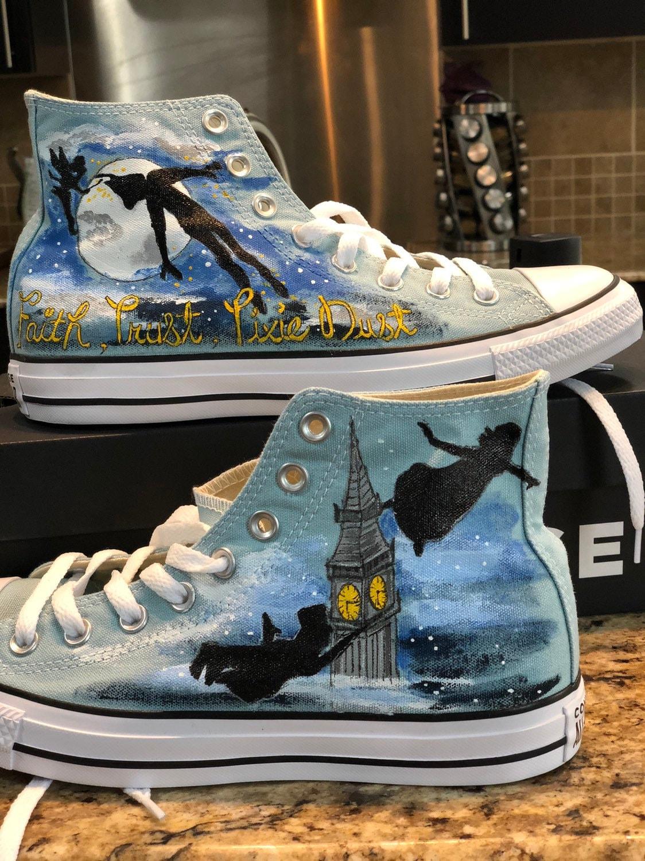 Custom des Converse Hi hauts inspirée de personnages ressemblant à des Custom Disneys Peter Pan 3bafe3