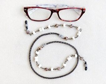 Rustikale Brillenkette, Brillen-Kette, Leder, Howlith, tibetische Achat, umwickelt, weiß, Braun, handgemacht, Geschenk für sie, Geschenk für Crafter