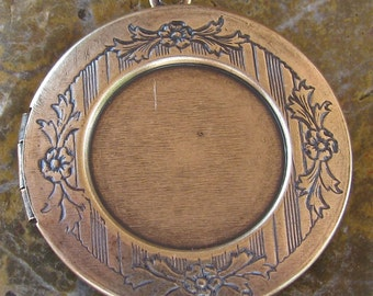 1 Antiqued Brass Etched Round locket with 18mm setting Insert 1176