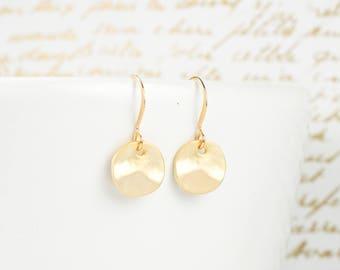 Boucles d'oreilles minuscules pendants or mat, martelés boucles d'oreilles or, boucles d'oreilles petites, petit martelé or boucles d'oreilles #848