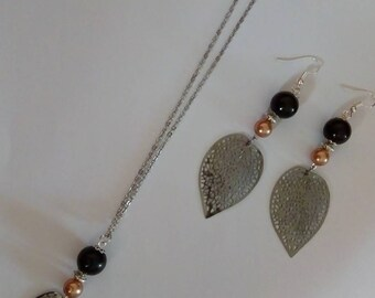 Set leaves black and pink beads