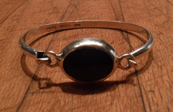 """Vintage Taxco Mexico Sterling Silver Onyx Hinged Bracelet Bangle Stamped Signed TC-31 MEXICO 925 Heavy 19.1 Grams Measures 6. 3/4"""" inside"""