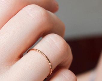 Mince bande d'or rose, solide 14k or rose d'empilage anneau, bande d'or délicate, mince bande d'or, empilable, martelé anneau de pile