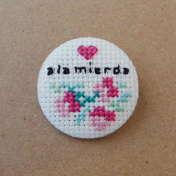 A la mierda - cross stitch 31 mm pinback button - Embroidered geek brooch