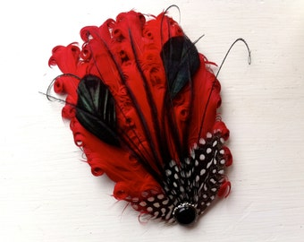MAUREEN rouge, noir et pois paon plume Bibi, Bibi Cocktail, avec perles et strass