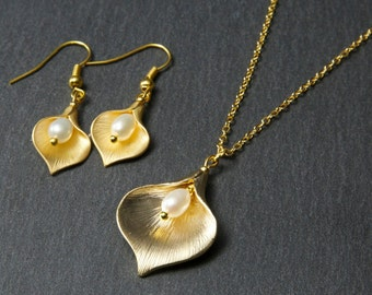 Gold Lily Jewellery Set, with freshwater pearls. Pearl Jewellery Set. Gold Pearl Jewellery Set. Calla Lily Jewellery Set. Gold flower.