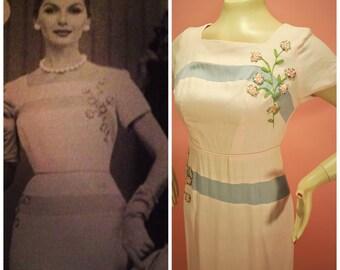 des années 1950 Edith Martin lin Wiggle Applique cloutés Floral robe - rose et gris-