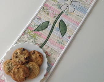 """MINI TABLE RUNNER, Vintage Linens, Raw Edge Daisy Applique, 6 3/4"""" x 20"""", Shabby Chic Table Runner, Quilted Wallwarmer, One-Of-A-Kind Quilt"""