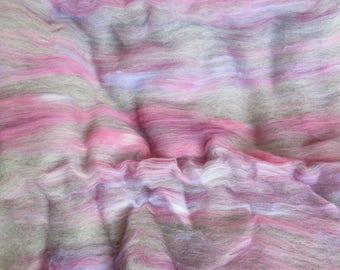 2,4 g Alpaka Handarbeit gekrempelt Batt - alle natürlichen Grau Alpaca gemischt w/handgefärbte Merino Top