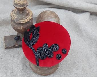 Hütchen Fascinator samt rot schwarz Perlen Samtschatz  headpiece edel schlicht elegant Perlenstickerei pill box Haarschmuck vintage Blätter
