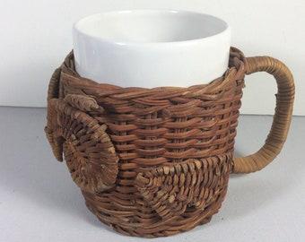En osier chouette café gobelet avec une tasse.