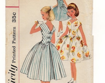 "A Long-Torso, Full Gatherd Skirt, V-Neckline, Sleeveless/Short Sleeve Dress Sewing Pattern for Girls: Size 14, Breast 32"" • Simplicity 2007"