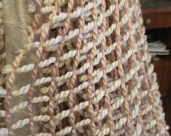 Français Vintage très grande rétro années 60/70 laineux au crochet Rideau Tan/White Cool Funky / Lovely chaud Regardez / parfait état / prêt à accrocher