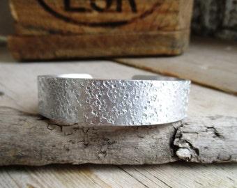 HANDMADE Handgemaakte smalle 1,5 cm brede hamerslag aluminium bangle armband (16,5 cm lang: uit voorraad leverbaar)