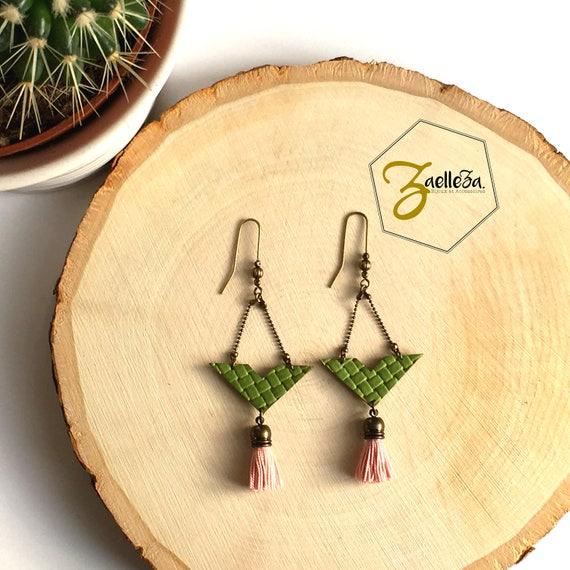 """Boucles d'oreille Chevron cuir vert texturé / Pompon rose pâle - modèle """"Krishna"""" Collection HOLI"""