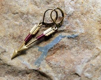 Boucles d'oreilles en laiton Arrow - fil flèches enveloppés avec fil de couleur Bordeaux