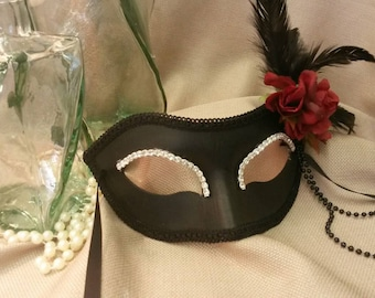 RENDEZVOUS Black Mask With Red Roses