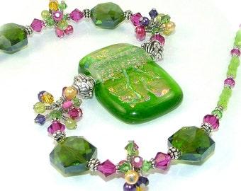 GRANDES DÉMARQUES - jardin de fleurs lumineux fil enroulé amas de cristaux sur un collier de perles en verre fusionné dichroïque - collier déclaration OOAK