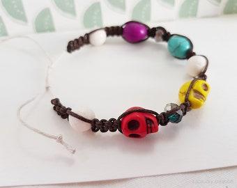 Bracelet tissé marron SKULL , perles en pierre, tête de mort, et perles corail blanc, cadeau ethnique, original, bracelet 19 cm, réglable