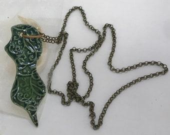 Pendant in enamelled porcelain, emerald green. Porcellaine pendant, long necklace, customizable, handmade, birthday gift idea.