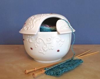 bol en laine avec un couvercle avec des coccinelles