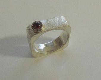 Eckigrunder Ring with Garnet