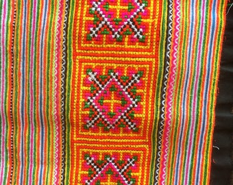 Hmong Fabric, Traditional Vintage Design created with skinny braids by Flower Hmong Hill tribes :  202 cm x 36 cm