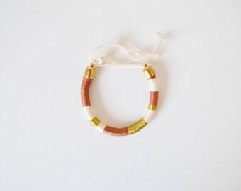 Bracelet brésilien rond fil vieux rose beige et doré original femme, bracelet tissé fil bohème chic