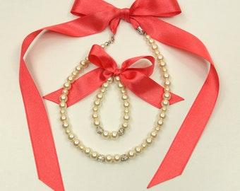 Flower girl jewelry/Pink coral Flower girl pearl jewelry set/Flower girl necklace/Girl stretchy bracelet/Wedding jewelry/Flower girl gift