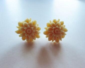 Ivory dahlia earrings. Cream dahlia earrings. Ivory flower earrings. Cream flower earrings. Small flower earrings. Flower post earrings.