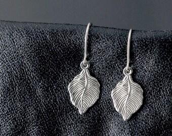 minuscule en argent sterling boucles d'oreilles, boucles d'oreilles feuille, fin, délicats, petites boucles d'oreilles, feuilles, bois clair botanique nature