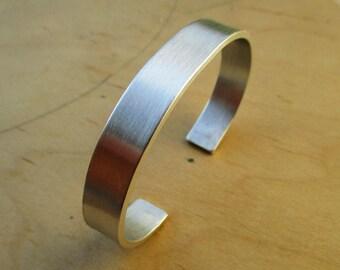 HANDMADE Met de hand gemaakte 1 cm. smalle aluminium armband met hartjes op de uiteinden