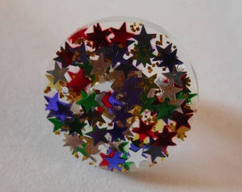 Ring made of resin filled with multicolored stars