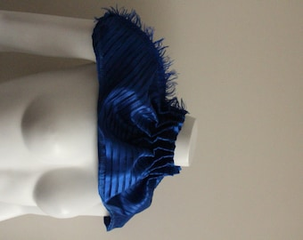 Choker in a cobalt blue color and striking design.