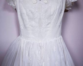 William Cahill, tea length 50's embroidered cotton wedding dress, full gathered skirt, and fitted bodice, with floral appliques, so pretty !