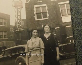 Krieg-Ära Modefotos, besser als original Vintage Snapshot-Fotos, Oldtimer, Gleisen, Apotheke Zeichen