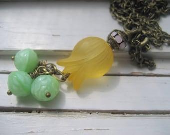 Collier pendentif fleur en Lucite verge d'or, dangles rosebud vert menthe, strass rose vintages, collier chaîne en laiton