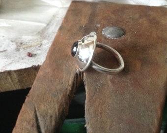 Gewölbten Silber und Granat ring