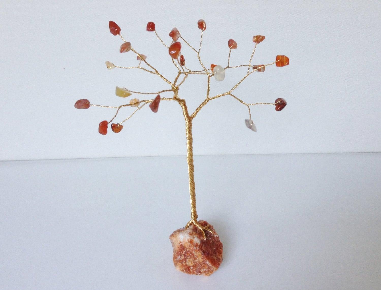 Edelstein-Baum-Draht-Skulptur. Karneol und Orchideen Calcit