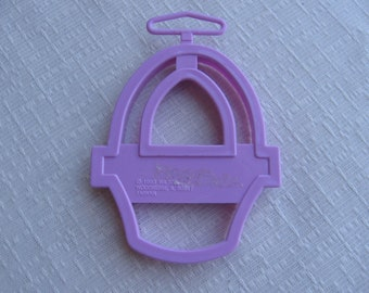 Pink Easter Basket Cookie Cutter / Vintage Wilton Cookie Cutter / 1993 / Plastic Cookie Cutter / Basket Cookies / Easter Cookies / Cut Out
