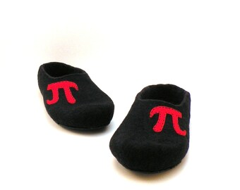 Men slippers with monogram  - monogrammed slippers for men - black red - made to order - with initial - men house shoes - Father day gift