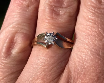 Fashion ring or engagement ring yellow gold with a natural diamond