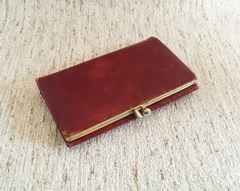 Red leather vintage cut wallet with gold-coloured closure of Porto-Quick