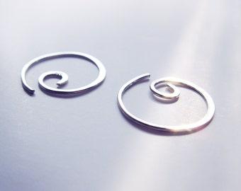 Sterling Silber Spiral Ohrringe, Creolen Ohrringe, Kreis, zeitgenössische, Mininalistic, gehämmert, Handarbeit, Modern, Chic, Geschenk-Idee