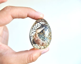 Vintage resin egg with inclusions: fiddler crab, mineral and plant, 1970s / sculpture boho chic bohemian folk sea ocean paperweight