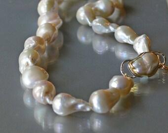 Barocke Perle Halskette, große weiße barocke Perlen in Gold, Hand geknüpfte Perlen, große natürliche Perle Halskette, Hochzeit Perlen, Juni Birthstone