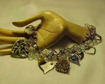 Coeur de Bracelet à breloques, 10 coeurs, perles à facettes en verre clair, objets trouvés, coeurs recyclé, récupéré à bibelots, Assemblage, certains sont d'époque
